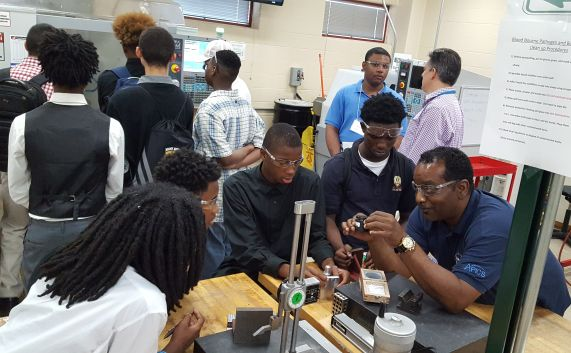Students learning about 3D printing at Wilbur Wright City College